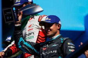 Mitch Evans, Jaguar Racing, terzo classificato, solleva il suo trofeo