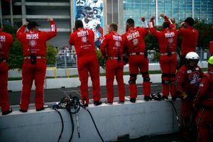 Marcus Ericsson, Chip Ganassi Racing Honda's crew celebrating his victory