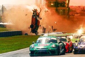 Rodrigo Mello capota várias vezes em largada da Porsche Carrera Cup em Curitiba