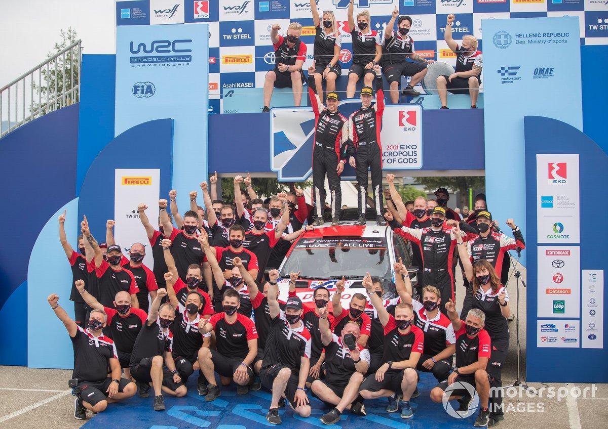 Les vainqueurs Kalle Rovanperä, Jonne Halttunen, Toyota Gazoo Racing WRT Toyota Yaris WRC avec leur équipe