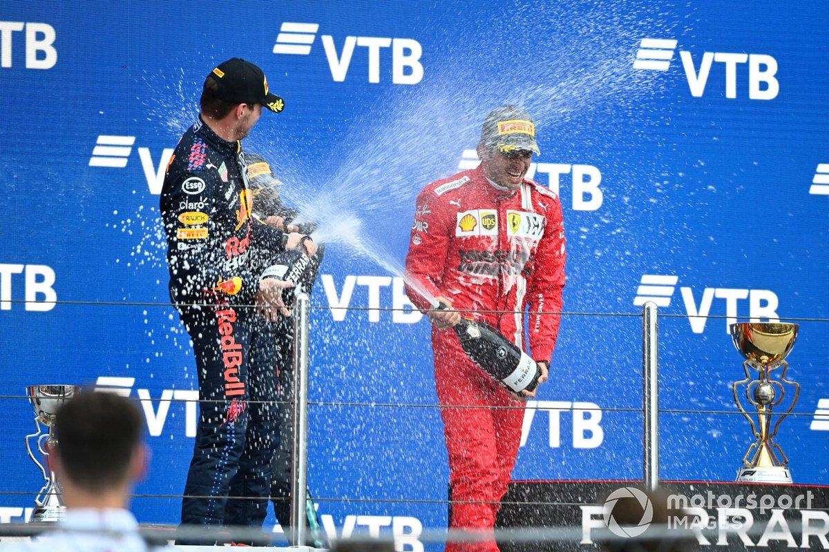 Max Verstappen, Red Bull Racing, secondo classificato, e Carlos Sainz Jr., Ferrari, terzo classificato, spruzzano Champagne sul podio