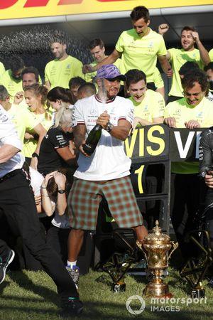 Il vincitore della gara Lewis Hamilton, Mercedes, primo classificato, festeggia dopo la gara con il team