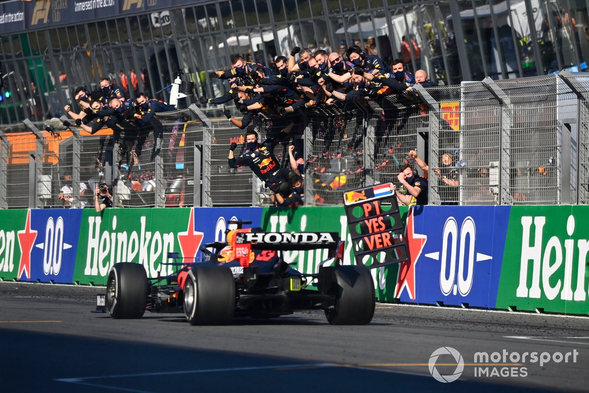 Ganador Max Verstappen, Red Bull Racing RB16B, pasa a su equipo en el muro de boxes tras cruzar la línea de meta