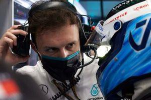 Un ingegnere parla con Valtteri Bottas, Mercedes