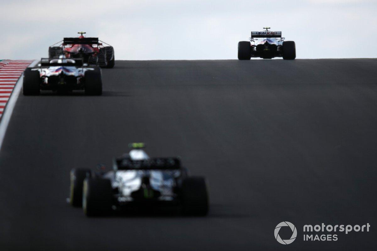 Mick Schumacher, Haas VF-21, Carlos Sainz Jr., Ferrari SF21, e Nikita Mazepin, Haas VF-21