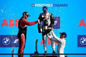 Oliver Rowland, Nissan e.Dams, 2e plaats, Norman Nato, Venturi Racing, 1e plaats, Stoffel Vandoorne, Mercedes-Benz EQ, 3e plaats, vieren op het podium met Champagne