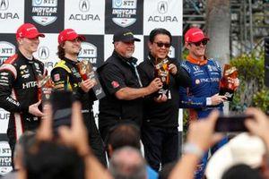 El presidente de Honda USA, Shinji Aoyama, entrega el trofeo del primer puesto de propietarios a Michael Andretti