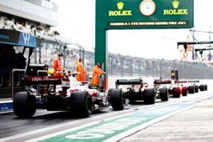 Carlos Sainz Jr., Ferrari SF21, Antonio Giovinazzi, Alfa Romeo Racing C41, in the pit lane