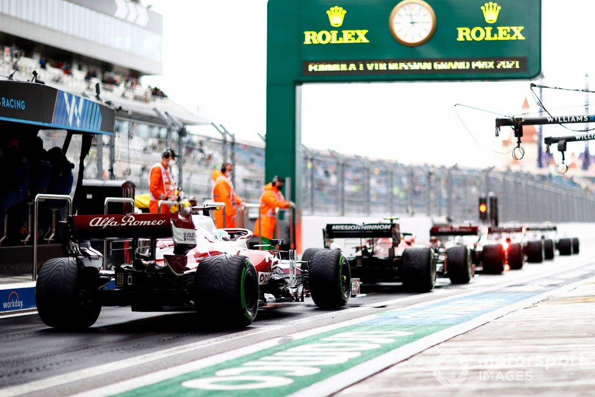 Carlos Sainz Jr., Ferrari SF21, Antonio Giovinazzi, Alfa Romeo Racing C41, in pit lane