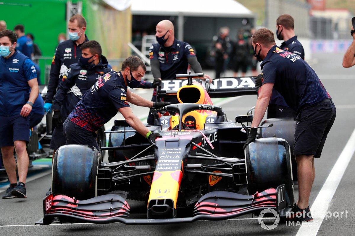 Coche de Max Verstappen, RB16B de Red Bull Racing en el pit lane