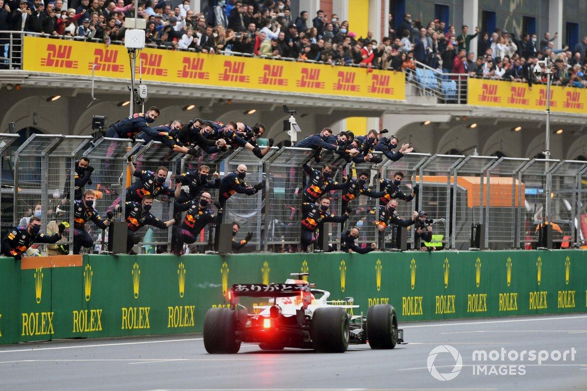 Max Verstappen, Red Bull Racing RB16B, 2ª posición, pasa por delante de su equipo animando en el muro de boxes