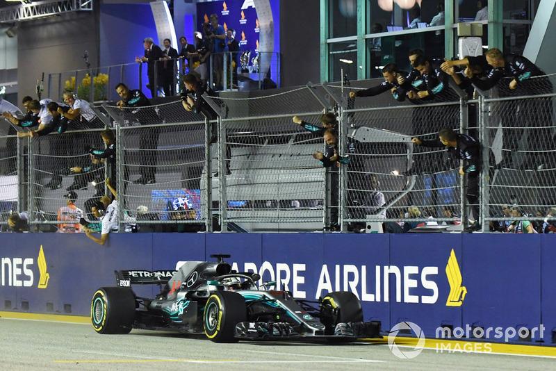 Хэмилтон и Mercedes радуются, что стали на шаг ближе к очередному титулу