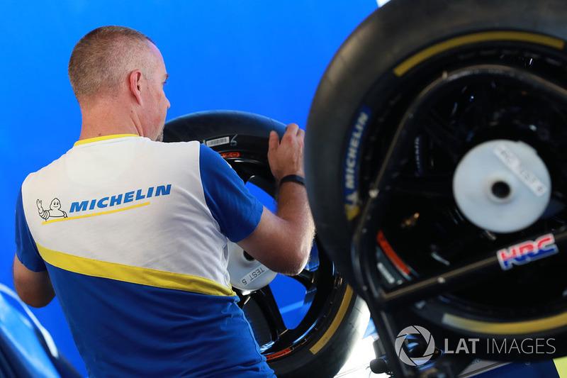 Un dipendente Michelin al lavoro