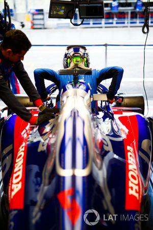 Brendon Hartley, Toro Rosso, si cala nell'abitcolo della sua monoposto