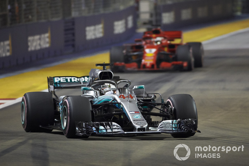 Lewis Hamilton, Mercedes AMG F1 W09 EQ Power+, por delante de Sebastian Vettel, Ferrari SF71H
