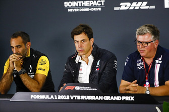 Cyril Abiteboul, Managing Director, Renault Sport F1 Team, Toto Wolff, Mercedes AMG F1 Motorsport-baas, en Otmar Szafnauer, Racing Point Force India Team Principal, in de persconferentie