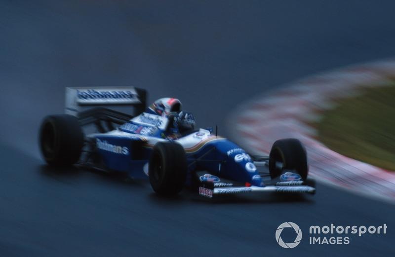 Скользкая трасса, круговые, нервное поведение машины и летящий Шумахер – Хиллу пришлось иметь дело с серьезным прессингом. На последнем круге Михаэлю нужно было отыграть 2,4 секунды, и казалось, что не остановит его уже ничего