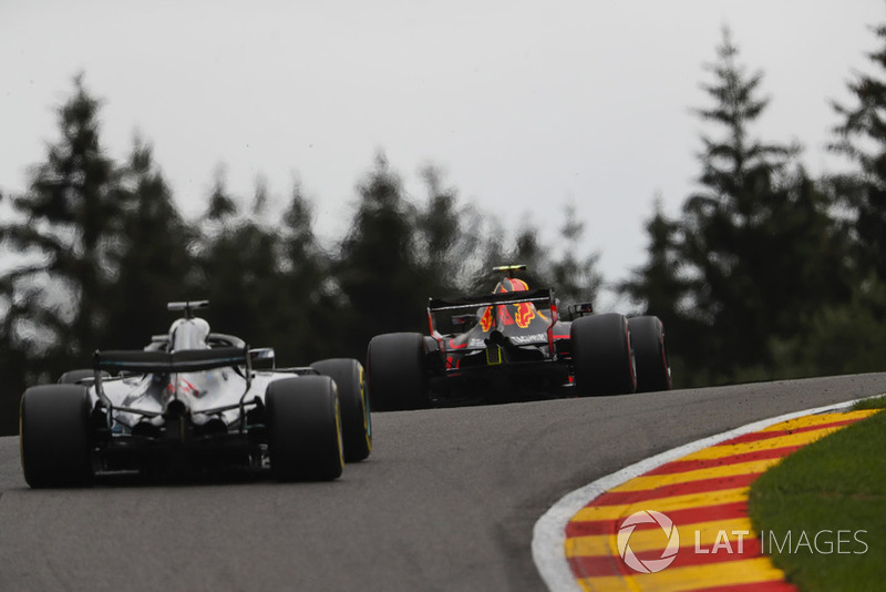 Max Verstappen, Red Bull Racing RB14, y Lewis Hamilton, Mercedes AMG F1 W09