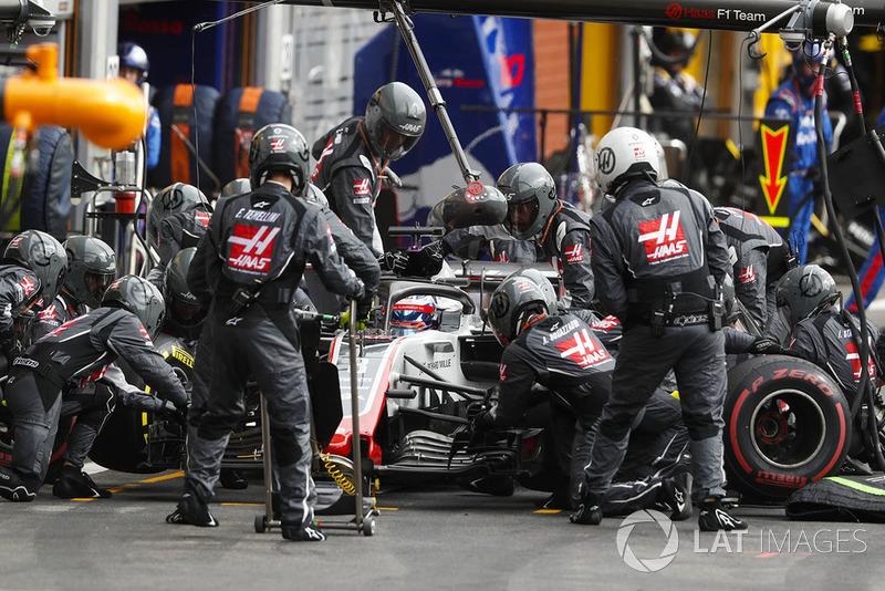 Romain Grosjean, Haas F1 Team VF-18, wykonuje pit stop