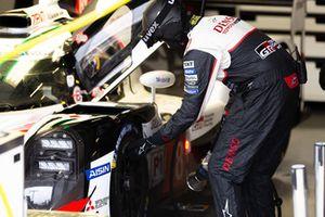 Meccanico Toyota Gazoo Racing al lavoro