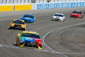 Kyle Busch, Joe Gibbs Racing, Toyota Camry M&M's ed Erik Jones, Joe Gibbs Racing, Toyota Camry DeWalt