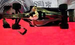Lewis Hamilton, Mercedes AMG F1 W09 EQ Power+, 1° classificato, sotto al podio
