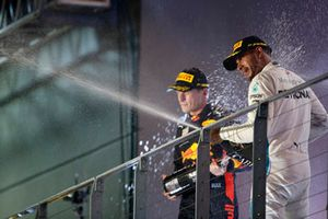 Max Verstappen, Red Bull Racing, 2° classificato, e Lewis Hamilton, Mercedes AMG F1, 1° classificato, spruzzano Champagne, sul podio