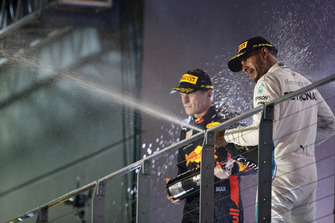 Max Verstappen, Red Bull Racing, 2e plaats, en Lewis Hamilton, Mercedes AMG F1, 1e plaats, op het podium