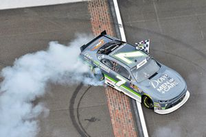 Ganador Justin Allgaier, JR Motorsports, Chevrolet Camaro Dove Men + Care celebra