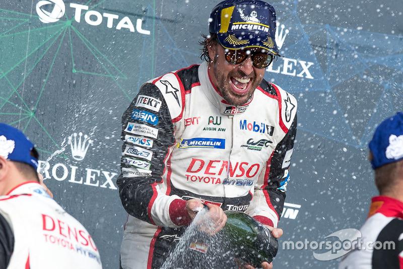 Podio: Ganador, #8 Toyota Gazoo Racing Toyota TS050: Fernando Alonso