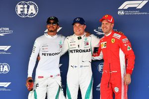 Le poleman Valtteri Bottas, Mercedes AMG F1, avec Lewis Hamilton, Mercedes AMG F1, et Sebastian Vettel, Ferrari