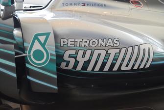 Lo sponsor Petronas sulla pancia della monoposto Mercedes