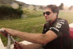 Bruno Senna, Mahindra Racing fährt in einem klassischen Rennenwagen während des Besuches vom Juan Ma
