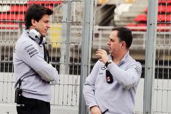 Toto Wolff, Mercedes Mercedes Sportchef und Executive Director mit Ron Meadows, Mercedes GP Teammana