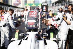 Romain Grosjean, Haas F1, sort de sa voiture sur la grille