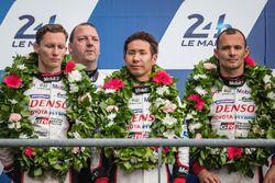 Подиум LMP1: второе место - Стефан Сарразен, Майк Конвей и Камуи Кобаяши, #6 Toyota Racing Toyota TS050 Hybrid