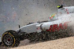 Esteban Gutierrez, Haas F1 Team VF-16 im Kies