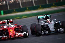 Lewis Hamilton, Mercedes AMG F1 Team W07 et Sebastian Vettel, Ferrari SF16-H en lutte pour une position