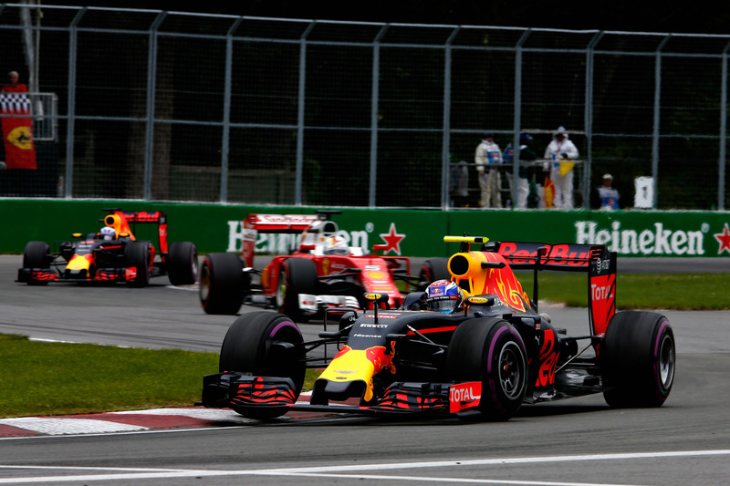 Макс Ферстаппен, Red Bull Racing RB12 випереджає Себастьяна Феттеля, Ferrari SF16-H та Даніеля Рікка