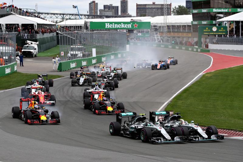 Nico Rosberg, Mercedes AMG F1 W07 y Lewis Hamilton, Mercedes AMG F1 W07 luchan por la posicion junto a Daniel Ricciardo, Red Bull Racing RB12, Max Verstappen, Red Bull Racing RB12 y el resto del grupo