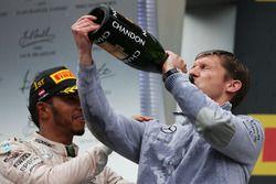 Ganador de la carrera Lewis Hamilton, Mercedes AMG F1 celebra en el podio con James Vowles, Mercedes