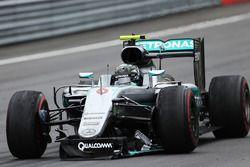 Nico Rosberg, Mercedes AMG F1 au ralenti avec un aileron avant cassé