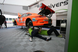 Meccanici a lavoro sulla Porsche 911 GT3 cup #25 di Daniele di Amato, Dinamic Motorsport
