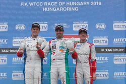 Le podium du Yokohama Trophy : le deuxième, Tom Chilton, Sébastien Loeb Racing, Citroën C-Elysée WTCC; le vainqueur Mehdi Bennani, Sébastien Loeb Racing, Citroën C-Elysée WTCC; le troisième, Grégoire Demoustier, Sébastien Loeb Racing, Citroën C-Elysée WTCC