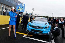 Gridgirl von Fredrik Ekblom, Polestar Cyan Racing, Volvo S60 Polestar TC1