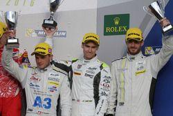 Третье место - Симон Труммер, Джеймс Росситер и Оливер Уэбб, #4 ByKolles Racing CLM P1/01 празднуют