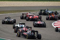 Kollision am Start: Sebastian Vettel, Ferrari SF16-H, und Kimi Räikkönen, Ferrari SF16-H