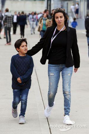 Rafaela Bassi con su hijo Felipinho Massa,