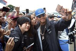 Lewis Hamilton, Mercedes AMG F1 avec des fans