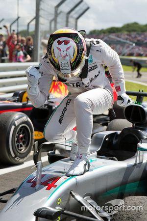Ganador, Lewis Hamilton, Mercedes AMG F1 W07 Hybrid celebra en el paro ferme
